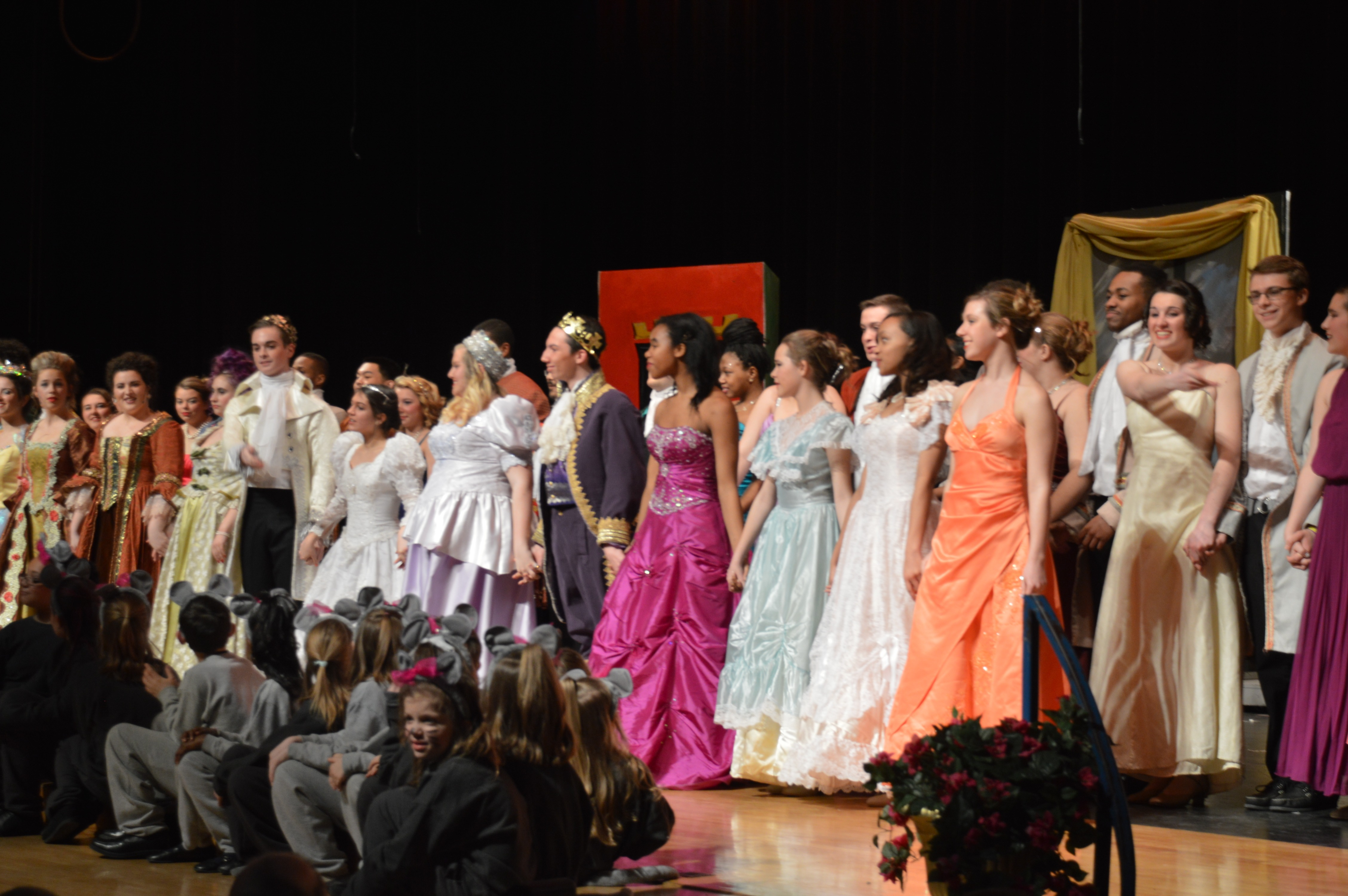 Actors and Featured Dancers take their final bow after the show.